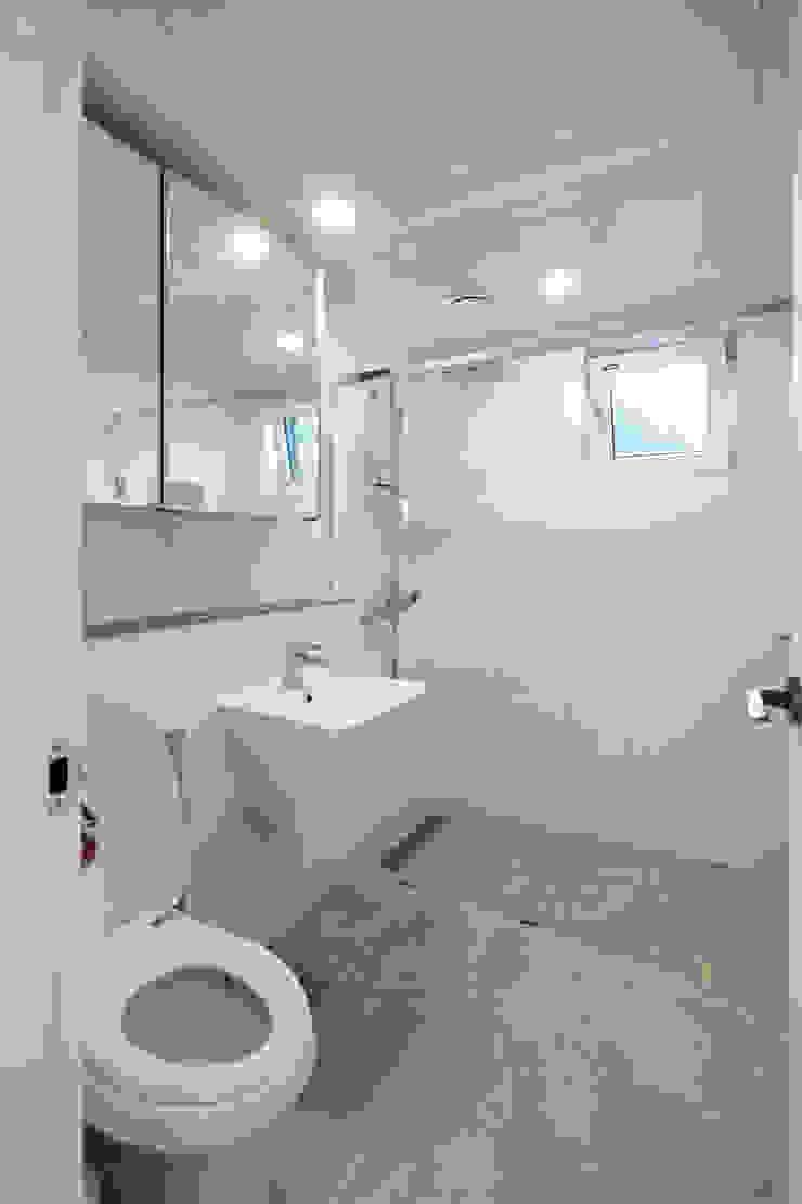 2층 욕실 모던스타일 욕실 by 위드하임 모던