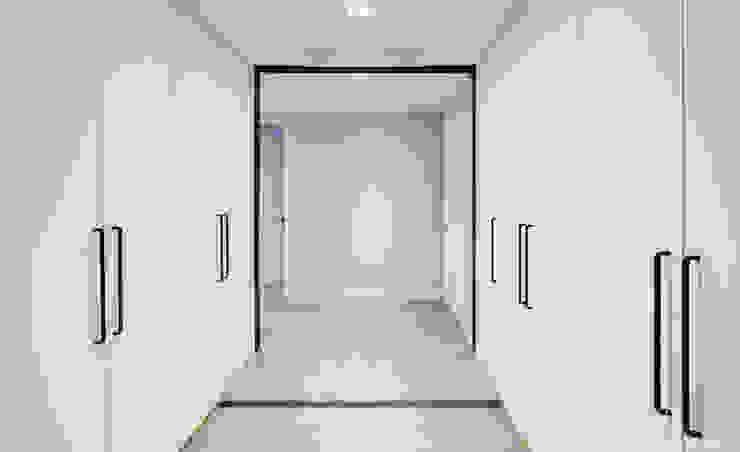 Pasillos y recibidores de estilo  por 디자인 아버