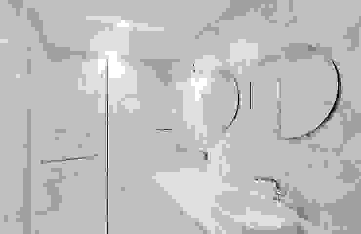 비오는 날이 잘 어울리는 차분한 그레이 인테리어 클래식스타일 욕실 by 디자인 아버 클래식