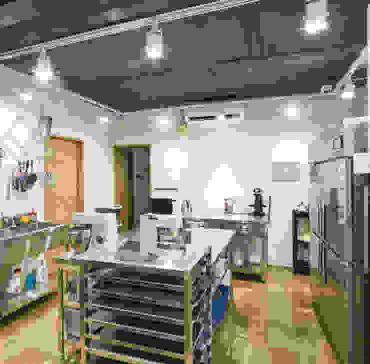 現代廚房設計點子、靈感&圖片 根據 건축일상 現代風