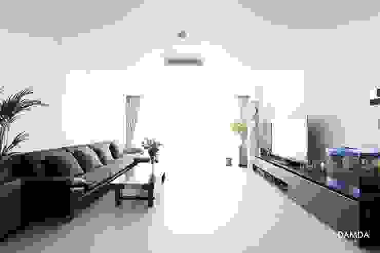 Modern living room by 디자인담다 Modern