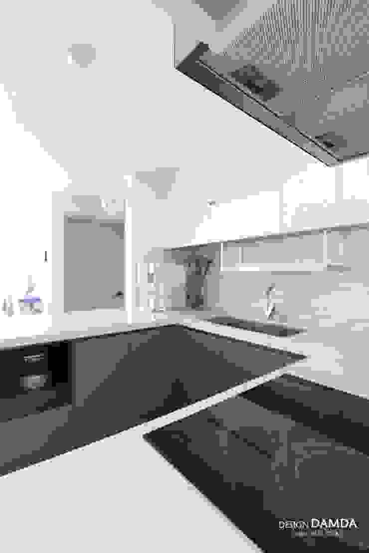 Cocinas de estilo moderno de 디자인담다 Moderno
