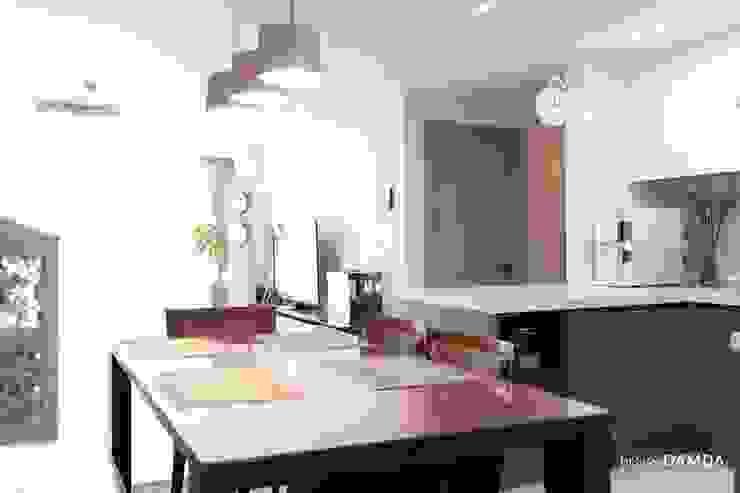 Sala da pranzo moderna di 디자인담다 Moderno