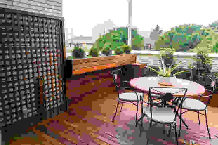 Jardinera colgante de madera Balcones y terrazas de estilo moderno de La Patioteca Moderno Madera Acabado en madera