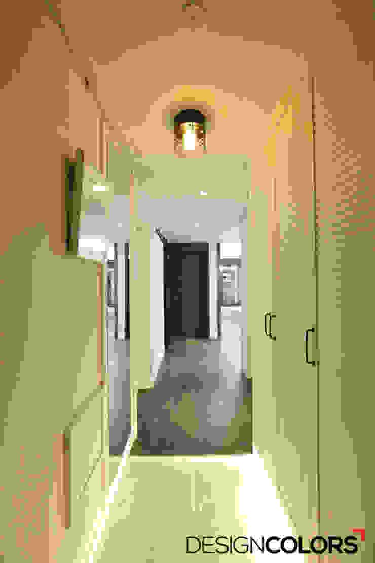 Pasillos, vestíbulos y escaleras de estilo moderno de DESIGNCOLORS Moderno