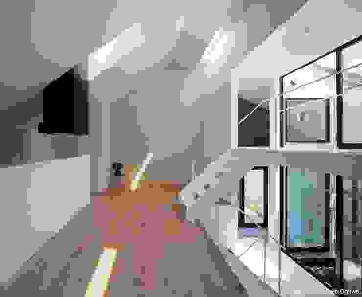 スキップフロアを取り入れたLDK: 石川淳建築設計事務所が手掛けたリビングです。,ミニマル