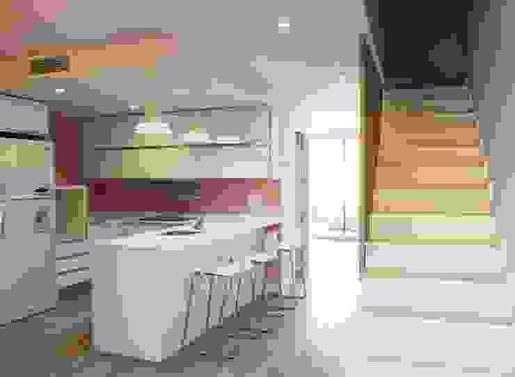 Cocina y escaleras de la planta baja. de Keinzo Interiores Moderno