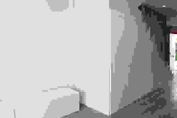 Reformas en la planta de arriba Pasillos, vestíbulos y escaleras de estilo moderno de Keinzo Interiores Moderno Madera Acabado en madera