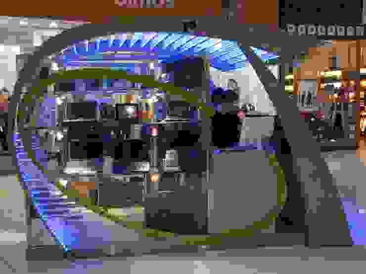 lateral de vidriera y atención al público: Shoppings y centros comerciales de estilo  por Faerman Stands y Asoc S.R.L. - Arquitectos - Rosario,Minimalista Aluminio/Cinc