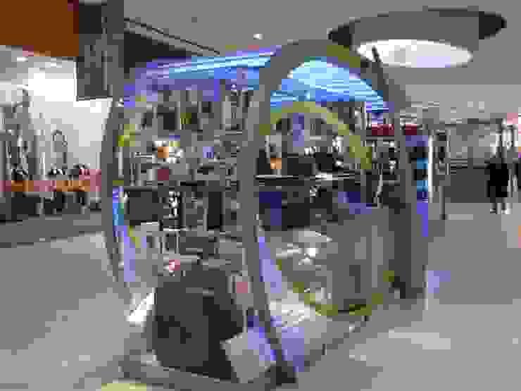 Vista posterior con exhibición de productos: Shoppings y centros comerciales de estilo  por Faerman Stands y Asoc S.R.L. - Arquitectos - Rosario,Minimalista Aluminio/Cinc