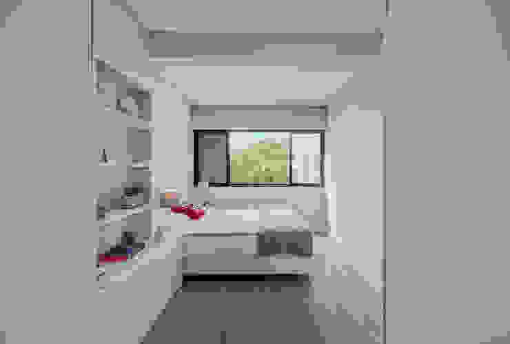 Projekty,  Małe sypialnie zaprojektowane przez ARQ1to1 - Arquitectura, Interiores e Decoração