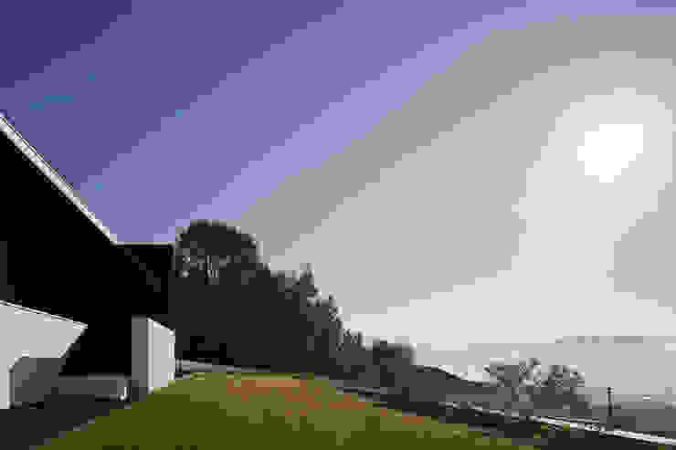 Projecto Xieira I A2+ ARQUITECTOS Jardins modernos