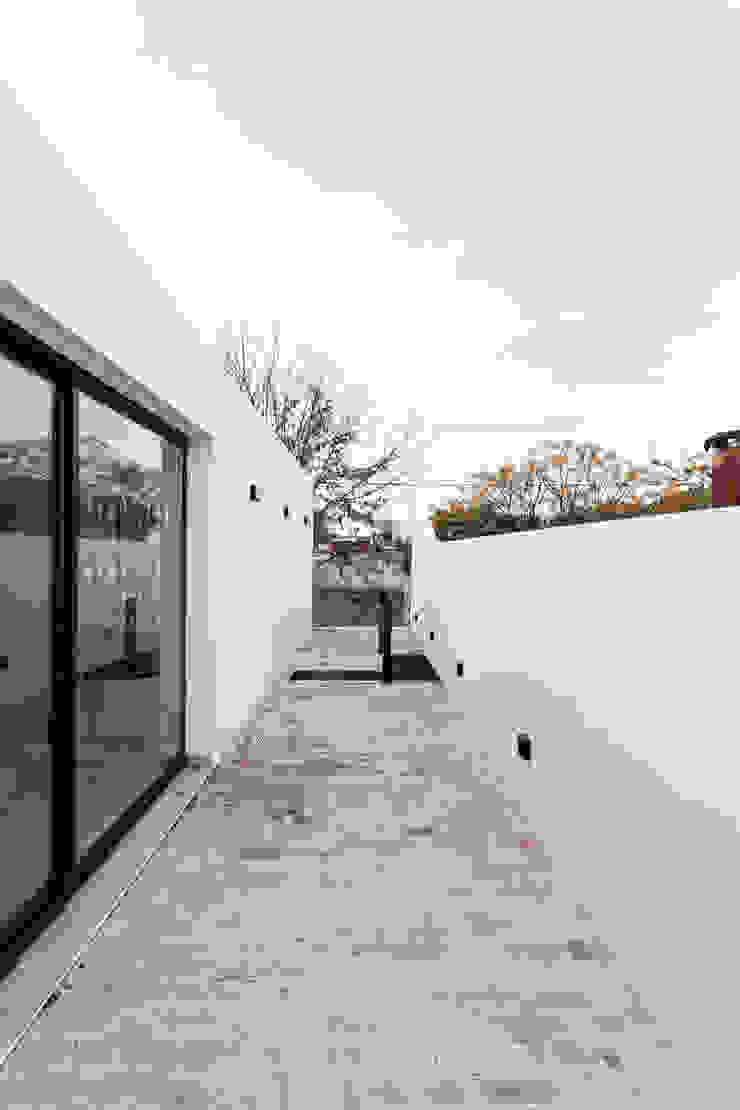 Hiên, sân thượng phong cách hiện đại bởi SMF Arquitectos / Juan Martín Flores, Enrique Speroni, Gabriel Martinez Hiện đại