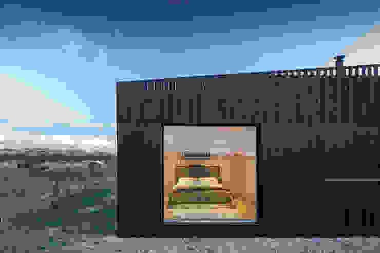 Residenza in campagna - dettaglio vetrata sulla camera da letto di Ecospace Italia srl Moderno Legno Effetto legno