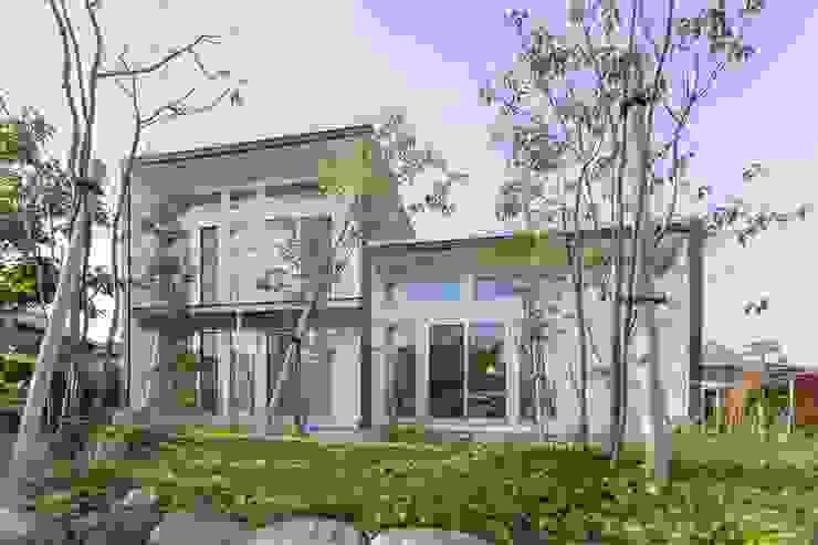 庭より南側外観を見る の アース・アーキテクツ一級建築士事務所 和風 スレート