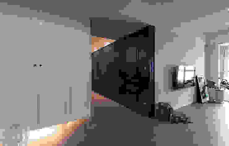 Wiejski korytarz, przedpokój i schody od 北歐制作室內設計 Wiejski Deski kompozytowe Przeźroczysty