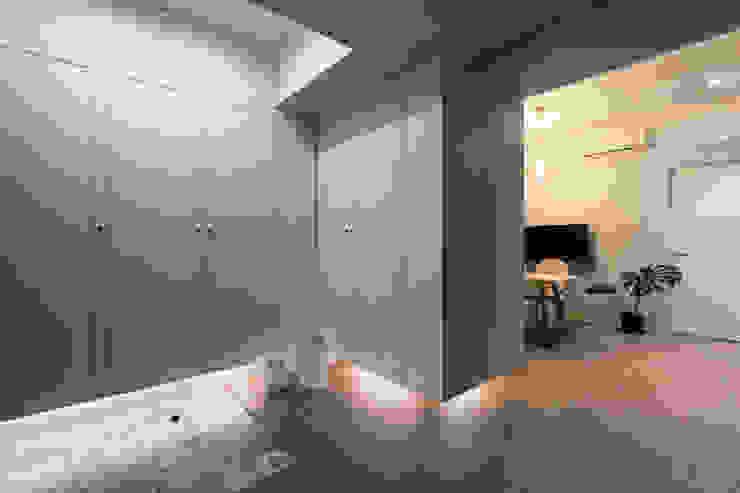 Wiejski korytarz, przedpokój i schody od 北歐制作室內設計 Wiejski