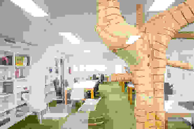 Poner césped artificial en la oficina Oficinas y tiendas de estilo moderno de Albergrass césped tecnológico Moderno