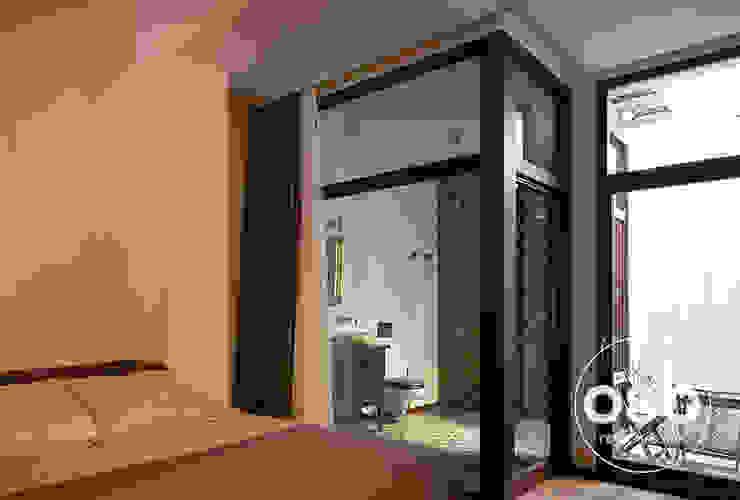 ventanal dormitorio Baños de estilo rústico de osb arquitectos Rústico