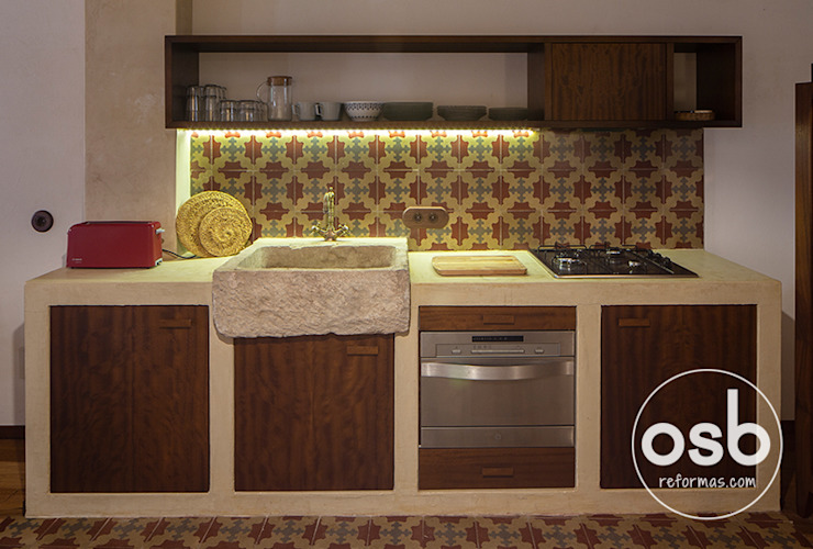 cocina de obra cubierta de spatolato de osb arquitectos Rústico
