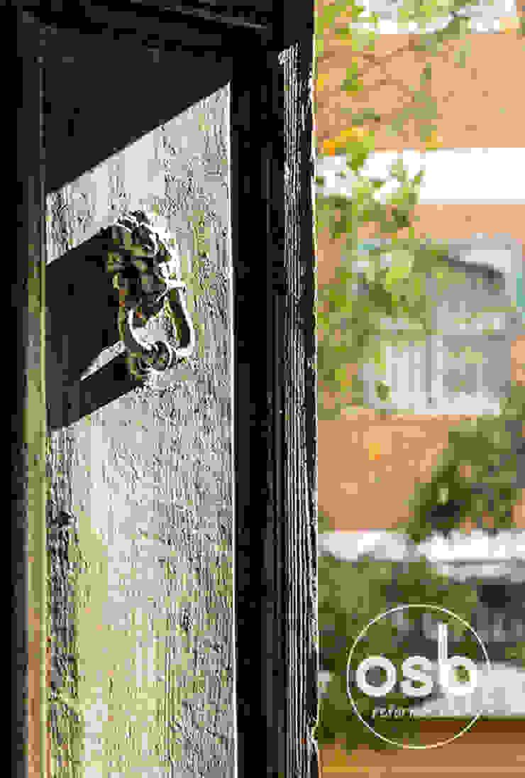 aldaba de la puerta principal de osb arquitectos Rústico