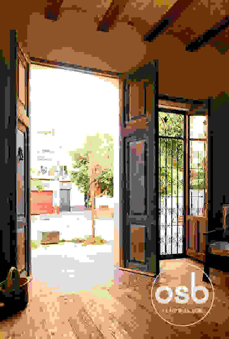puerta de entrada de osb arquitectos Rústico
