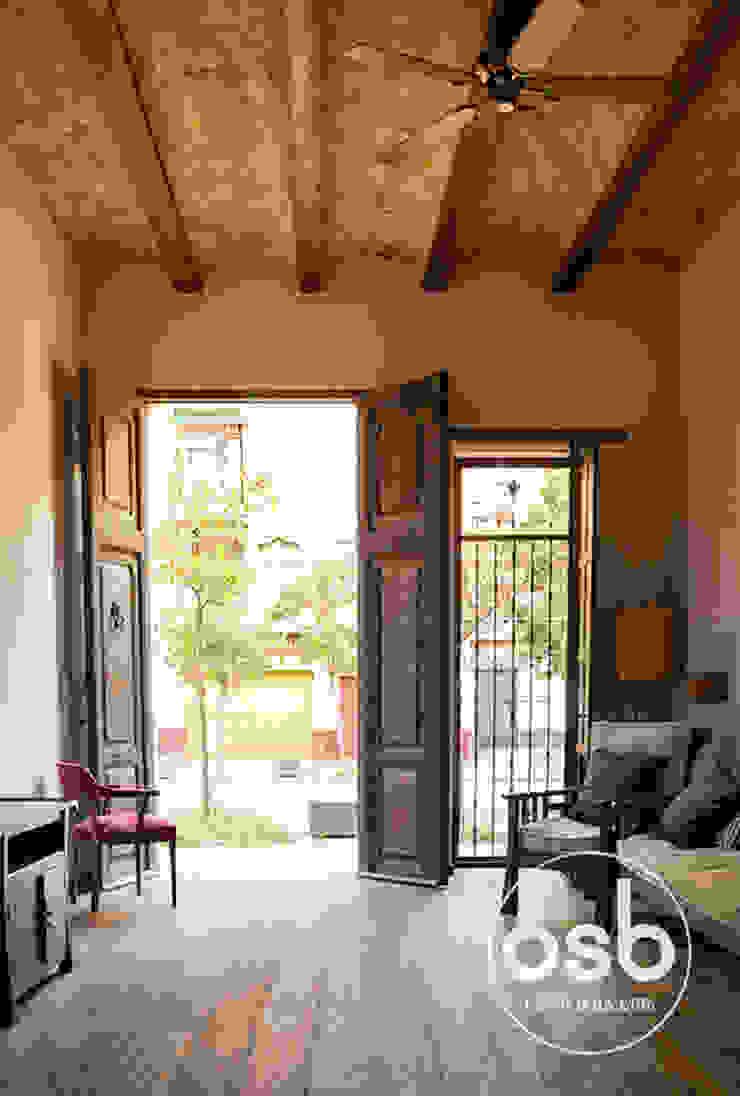puerta principal Livings de estilo rústico de osb arquitectos Rústico
