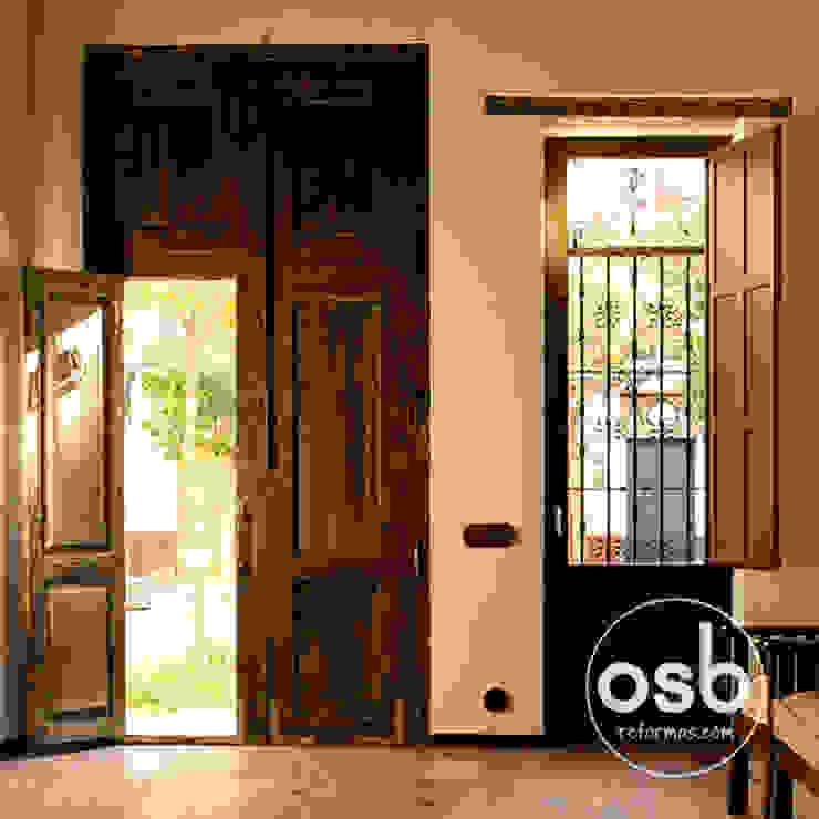 entrada a la vivienda Livings de estilo rústico de osb arquitectos Rústico