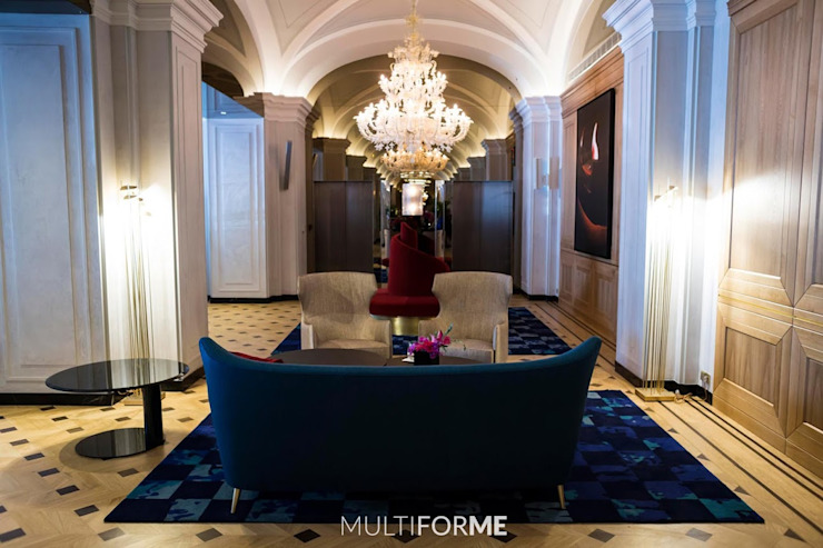 Waiting room with chandelier de MULTIFORME® lighting Clásico