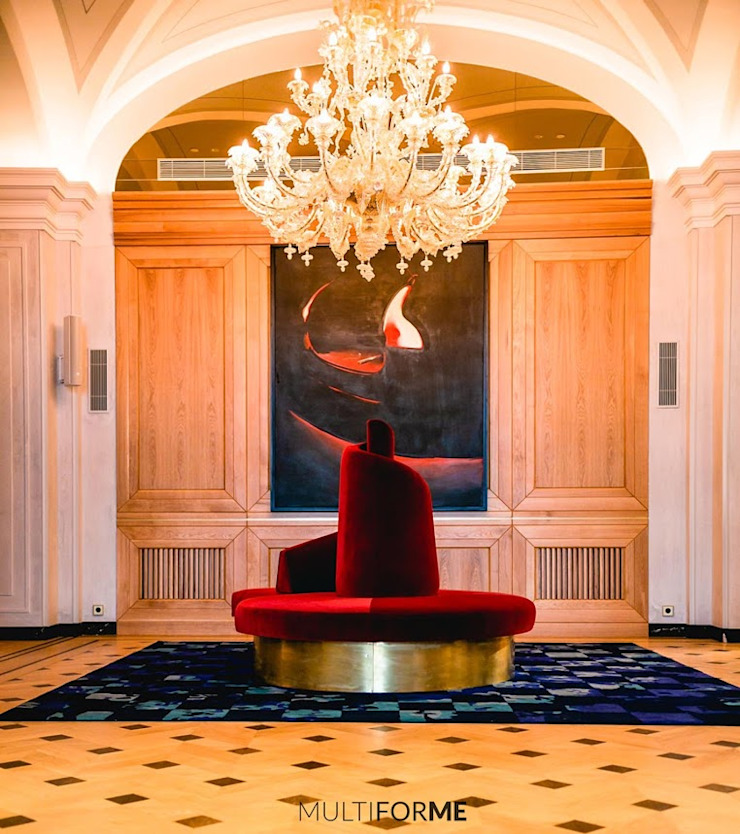 Detail of the hotel with painting and chandelier by MULTIFORME® lighting Classic