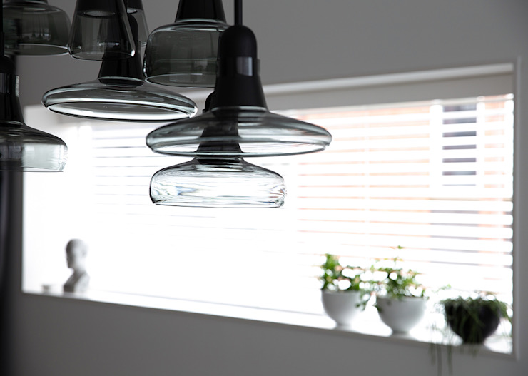 Brokis lamp boven de eettafel Moderne eetkamers van Regina Dijkstra Design Modern