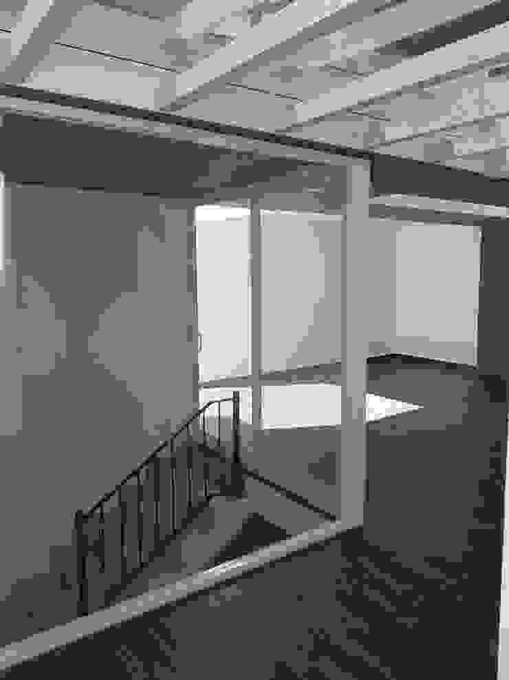 Balcones y terrazas de estilo minimalista de Arqca Minimalista