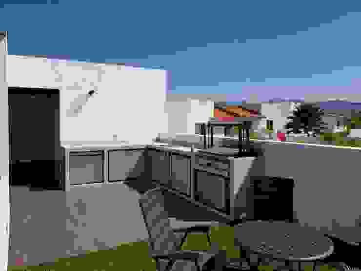 Minimalist balcony, veranda & terrace by Arqca Minimalist