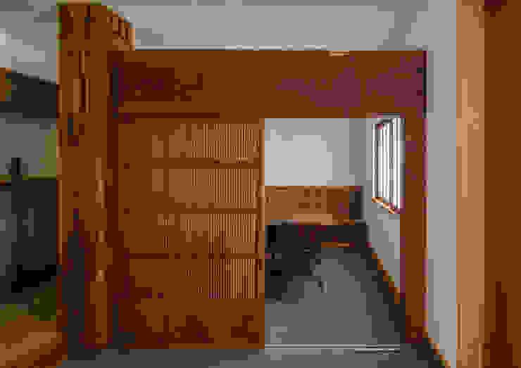 Couloir, entrée, escaliers asiatiques par 内田雄介設計室 Asiatique