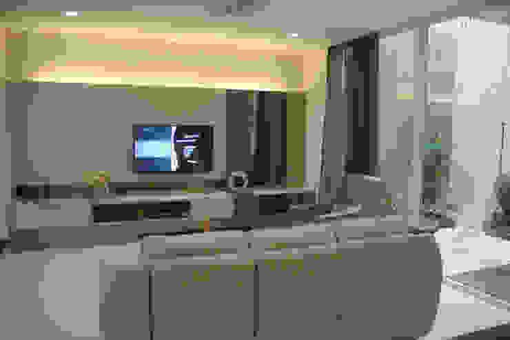 Rumah Raffles Hills Cibubur: Ruang Keluarga oleh Exxo interior,
