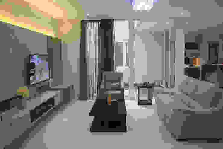 Ruang Keluarga: Ruang Keluarga oleh Exxo interior,