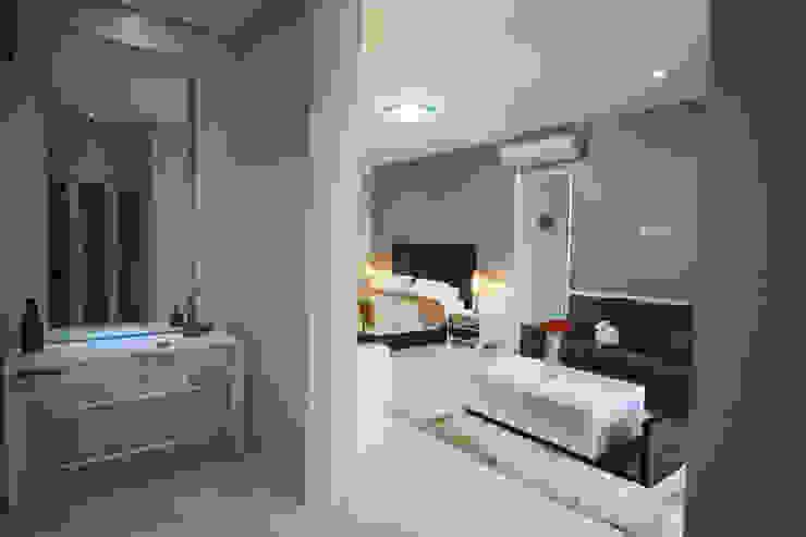 Rumah Raffles Hills Cibubur Ruang Ganti Modern Oleh Exxo interior Modern