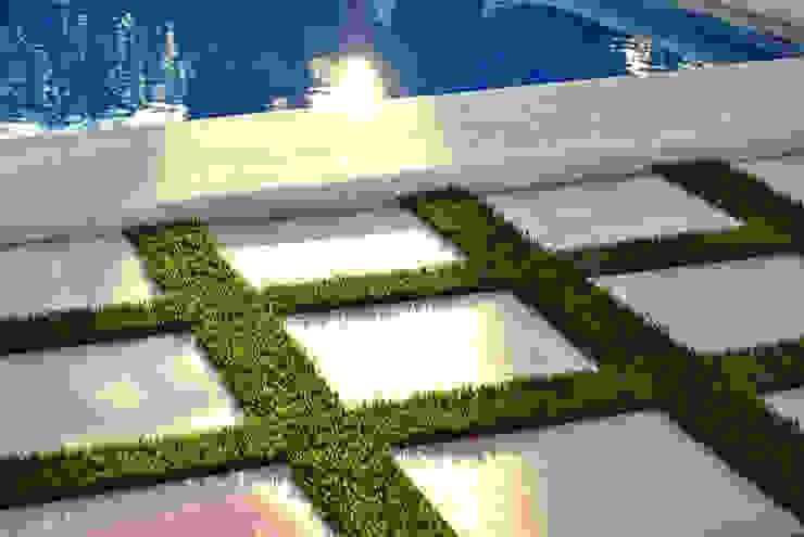 Piscinas de jardín de estilo  por Albergrass césped tecnológico, Mediterráneo