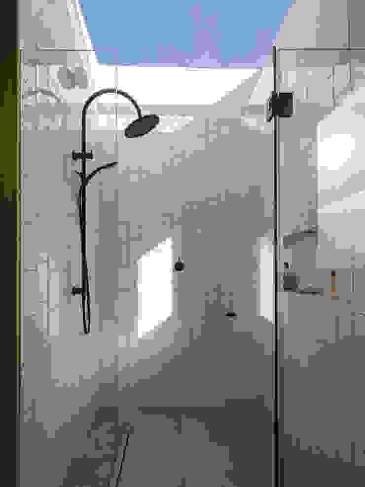 Dusheiko House Banheiros modernos por Neil Dusheiko Architects Moderno