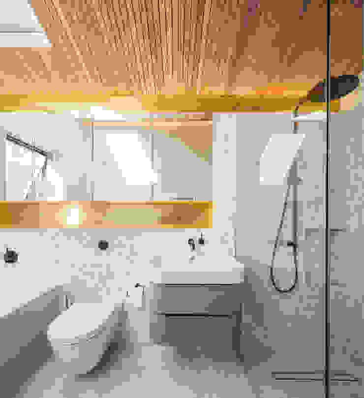 Dusheiko House Neil Dusheiko Architects Ванная комната в стиле модерн