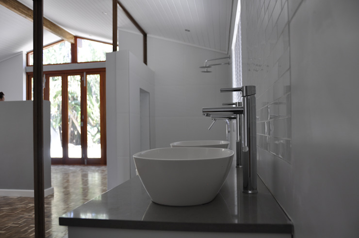 Barbosa Home Scandinavian style bathroom by Cornerstone Projects Scandinavian