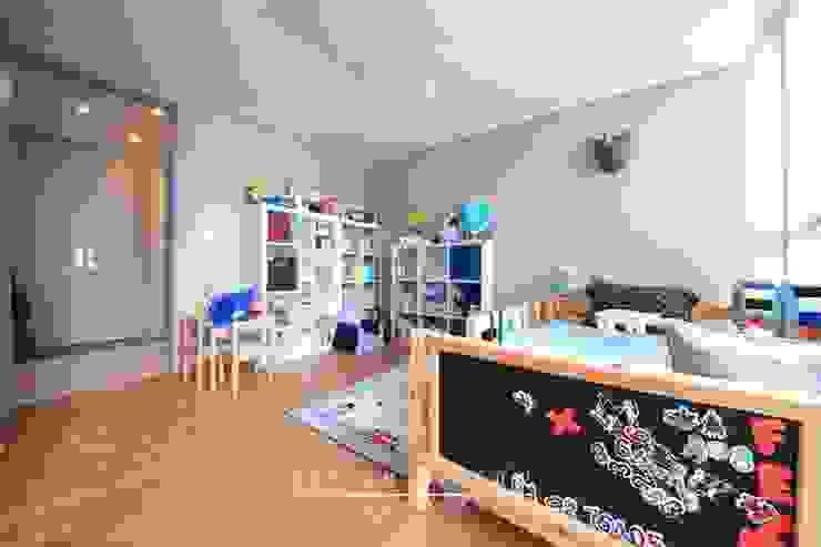 Dormitorios infantiles de estilo moderno de 스테이 모던 (Stay Modern) Moderno