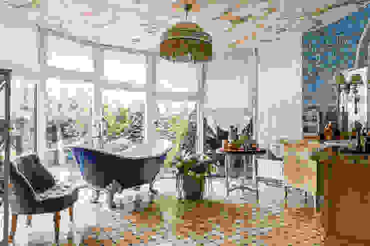ванная с видом в сад : Ванные комнаты в . Автор – Студия дизайна Светланы Исаевой, Кантри