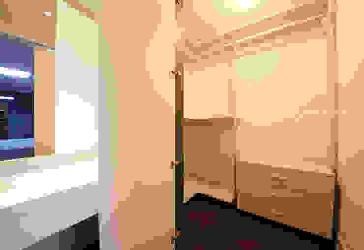 Modern dressing room by 스테이 모던 (Stay Modern) Modern