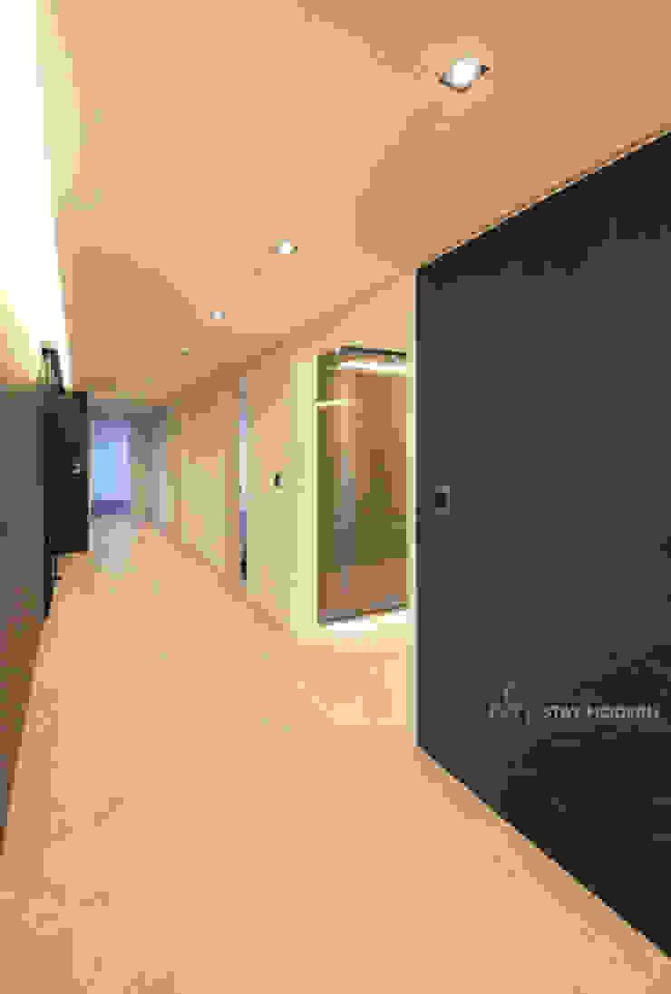 Koridor & Tangga Modern Oleh 스테이 모던 (Stay Modern) Modern