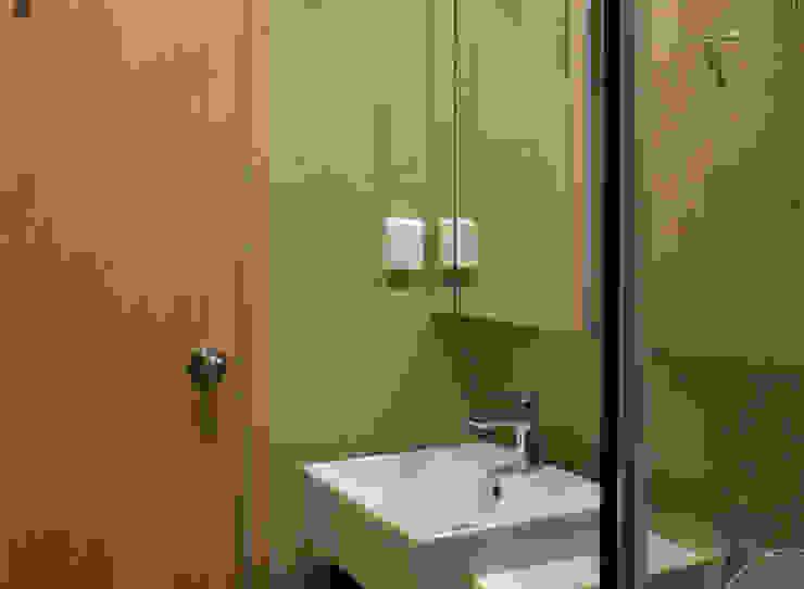 CĂN HỘ NHÀ MR CHÍNH TẠI NOVALAND SUNRISE Phòng tắm phong cách hiện đại bởi VAN NAM FURNITURE & INTERIOR DECORATION CO., LTD. Hiện đại