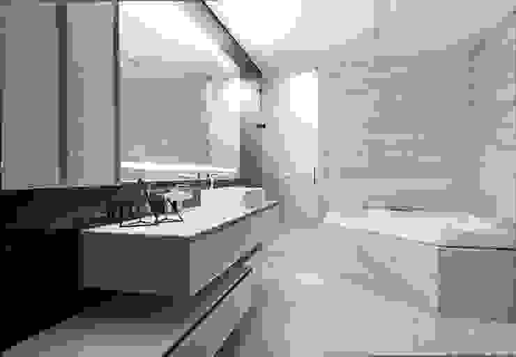 Bagno moderno di Geometrix Design Moderno