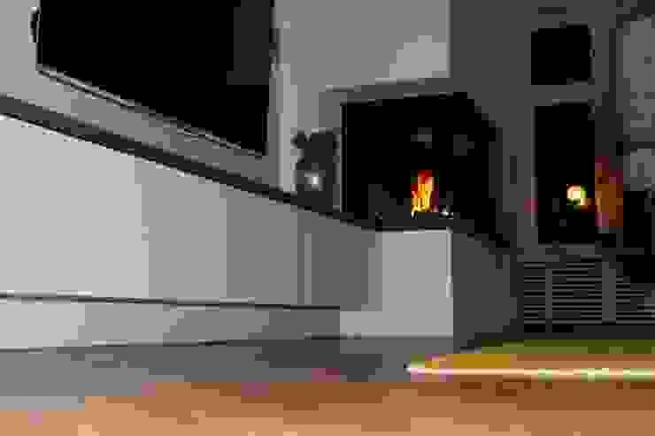 Moderner Eckkamin mit einer TV-Bank Moderne Wohnzimmer von Christoph Lüpken Ofenbau GmbH - Kamine aus Duesseldorf Modern