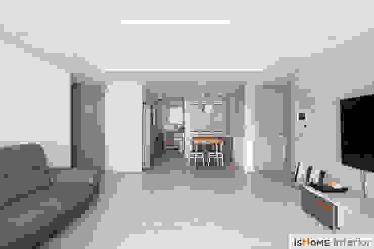 아늑함과 모던함이 동시에 느껴지는 34평 신혼집 미니멀리스트 거실 by 이즈홈 미니멀