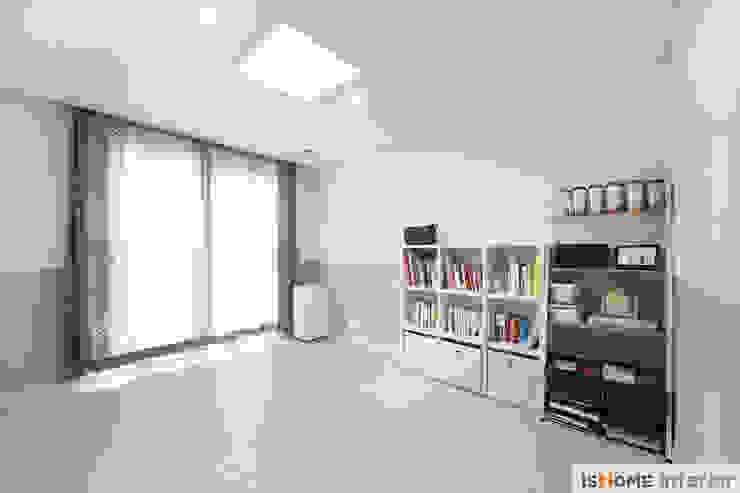 아늑함과 모던함이 동시에 느껴지는 34평 신혼집 미니멀리스트 미디어 룸 by 이즈홈 미니멀